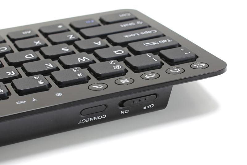 キーボード左上に5つの機能ボタンがある。左下には「◆」が刻印された「メタキー」がある。キーボード右側にはFnキーと同時押しで機能する各種機能キーや「言語切り替えキー」がある。ただし、機能しないキーがいくつかあった。なお、電源スイッチはスライド式
