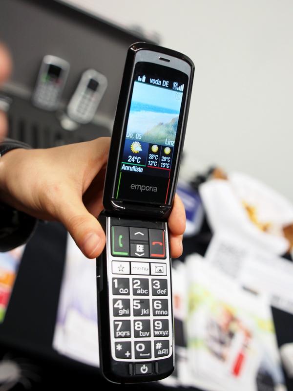 emporiaのフィーチャーフォンは、高齢者をターゲットにしたモデル。背面には緊急用ボタンがある