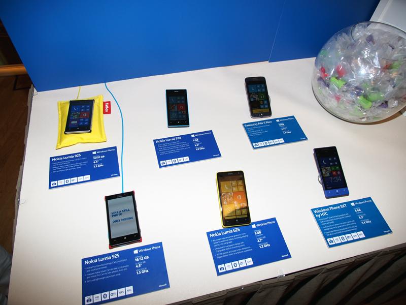 マイクロソフトの小ブースには、現行モデルのWindows Phoneが展示されていた