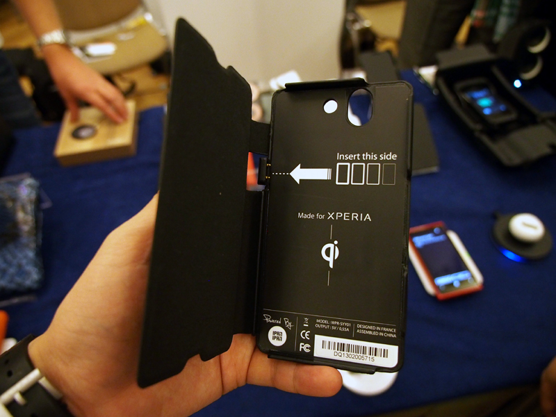 Xperia Zに装着するだけで、Qiに対応するケース