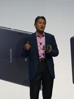 QX-10を装着したXperia Z1を手にするソニー代表執行役兼CEOの平井一夫氏