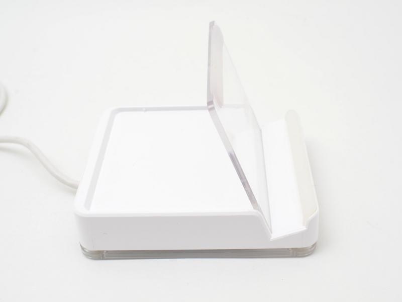 本体はスマートフォンを立てかけられる構造になっているが、透明の板は、本体から外して持ち運びしやすくできる