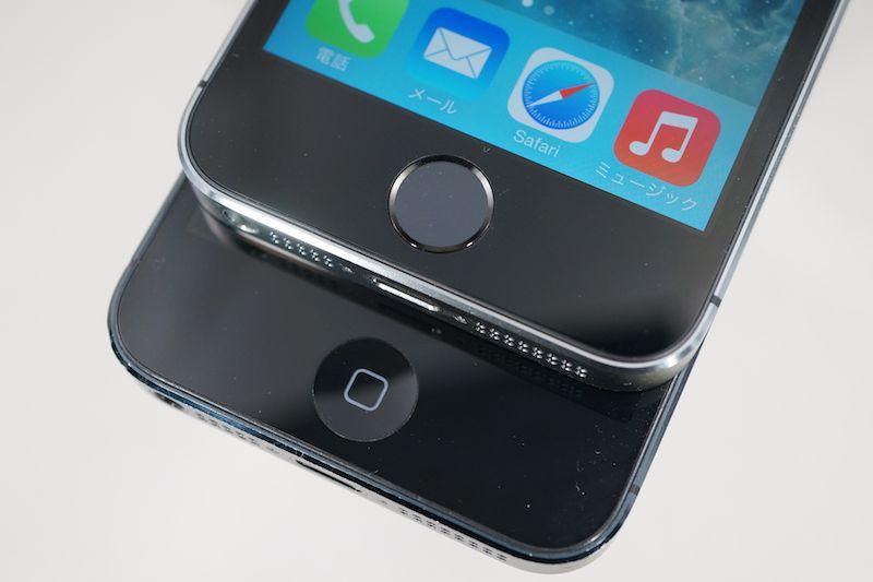iPhone 5s(右上)はホームボタンのデザインがこれまでのiPhoneと異なる
