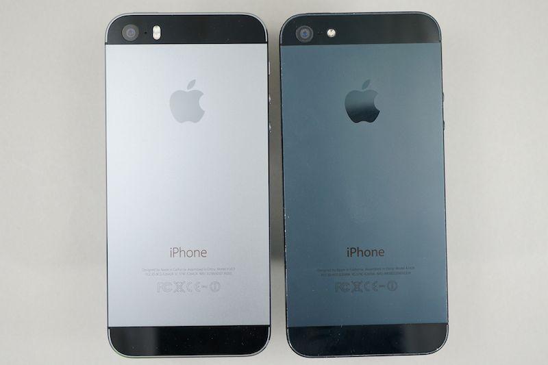 iPhone 5s(左)とiPhone 5(右)。iPhone 5は1年使い込んで塗装が所々はげてしまった