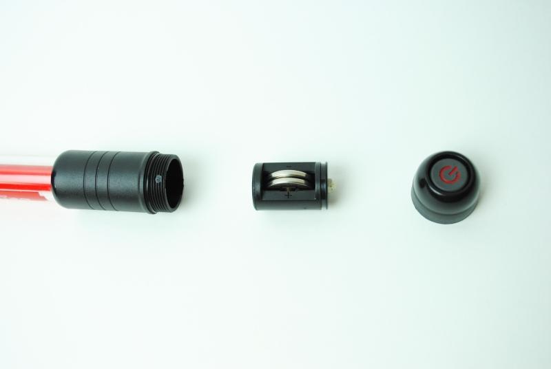 グリップの一部を外すと電池交換が可能。使用するのはCR2032のコイン型電池2個