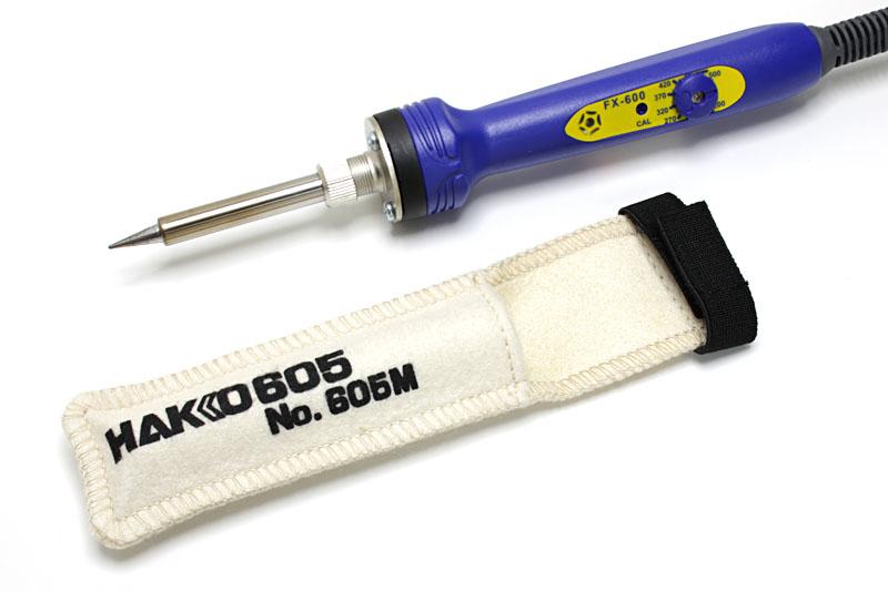 ハッコーの「ハッコー605 こてカバー M」と温調はんだこて「HAKKO FX-600」。ハッコーのはんだこては、色がちょっとポップでイイっすね。