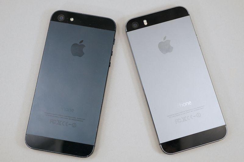 iPhone 5(左)とiPhone 5s(右)。デザインはほとんど一緒でカラーや細部が微妙に異なる