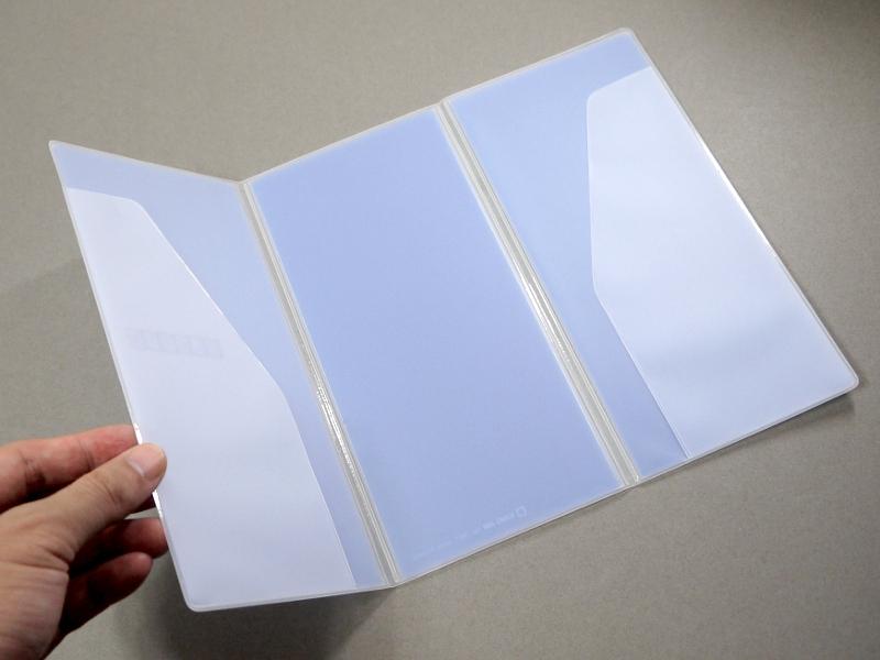 開くとA4の書類を収納できるサイズになる