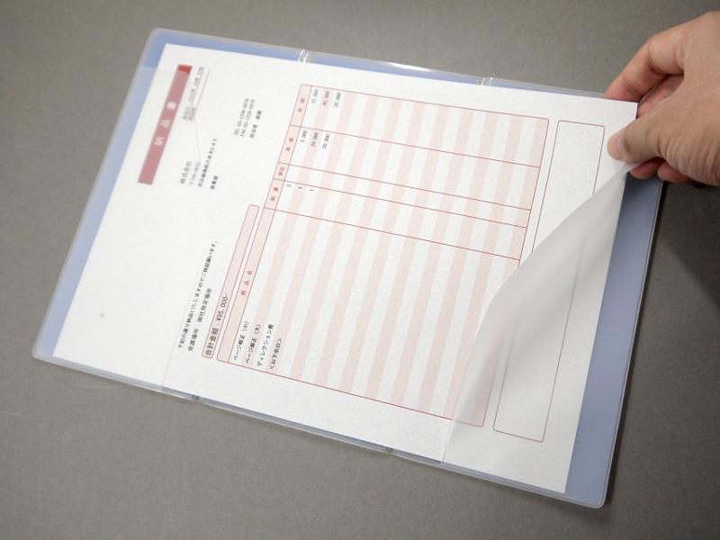 まず最初にA4の書類を差し込む。最大5枚が収納可能とされている