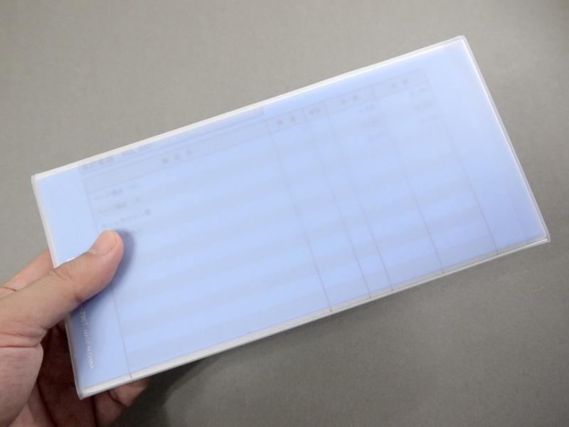 透明タイプだと、このように内側の書類がうっすらと見えるのでたたんだまま書類の内容を確認しやすい
