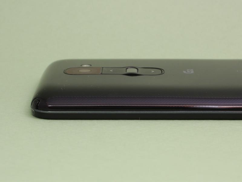 ボディは側面の垂直部分が非常に少なく、背面パネルのカーブも緩やかで、独特のフィット感を持つ。ボディの右上の角(写真内左側)には伸縮式ワンセグアンテナが格納されている。本体左側面(写真奥側)にはドコモUIMカードのトレイを備える