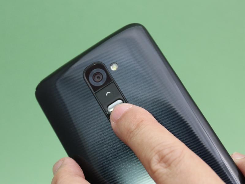 G2 L-01Fを左手で持った状態。人さし指の指先の当たり具合は右手で持ったときと同じ。スリムながら、微妙な曲線のボディのホールド感もまったく変わらない