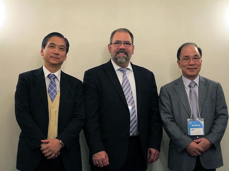 今回セッションや質疑に登場した、ドコモの杉村氏(左)、インテルのソフトウェア&サービス事業部マネージングディレクターのクリストファー・クロトー氏(中央)、サムスン ソフトウェアR&Dセンター エグゼクティブバイスプレジデントのJD(ジョンドク) チョイ氏