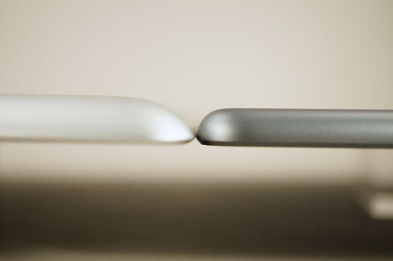 従来のiPad(左)とiPad Air(右)。従来のiPadもあまり厚みを感じさせないデザインだった