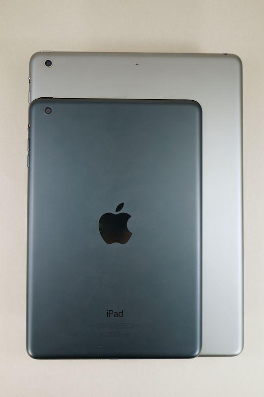iPad mini(上)とiPad Air(下)。サイズの違いが適応する利用シーンの違いになっている