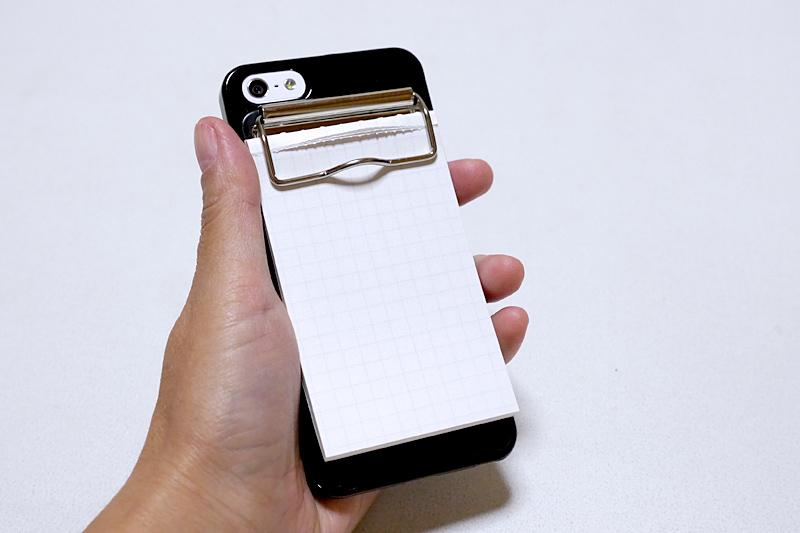 メモ帳を挟めばiPhoneがジョッターに。滑り止めが欲しい