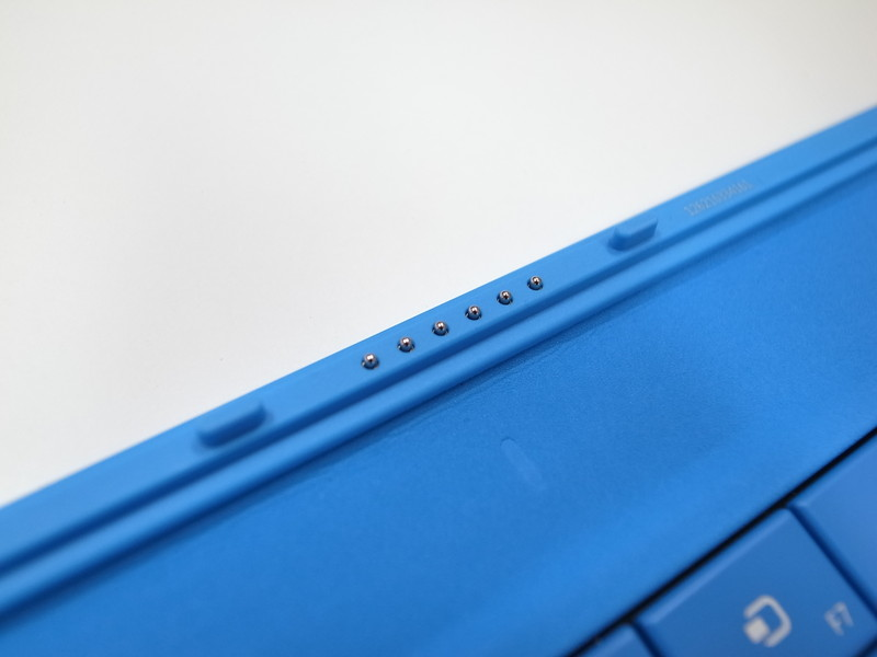 TypeCoverは脱着式の接点があり、Bluetoothキーボードにあるようなペアリング設定は不要。ガチャっと取り付けるだけで利用できる