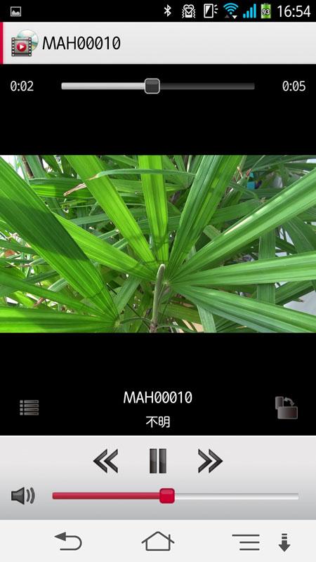 スマートフォン用アプリ「PlayMemories Mobile」を使って「HDR-PJ790V」にアクセスしたところ。MP4動画とJPEG静止画に限られるが、スマートフォンやタブレットへ転送することができる。その後、動画や静止画をスマートフォン/タブレット上で再生したり、ネットに投稿したりできるわけですな。アプリはAndroid版とiOS版がある