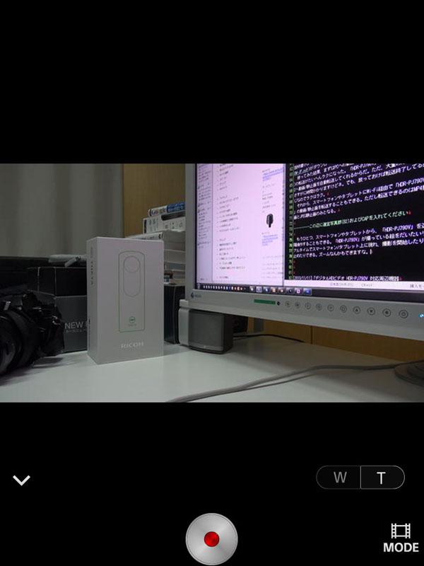 「PlayMemories Mobile」アプリを使って「HDR-PJ790V」を遠隔操作している様子。左がAndroidスマートフォン、右がiPad miniですな。録画/録画停止、ズーム、静止画/動画モード切り替えが行える。画像の追従性は、若干タイムラグがあるが、まあまあ実用的な感じ