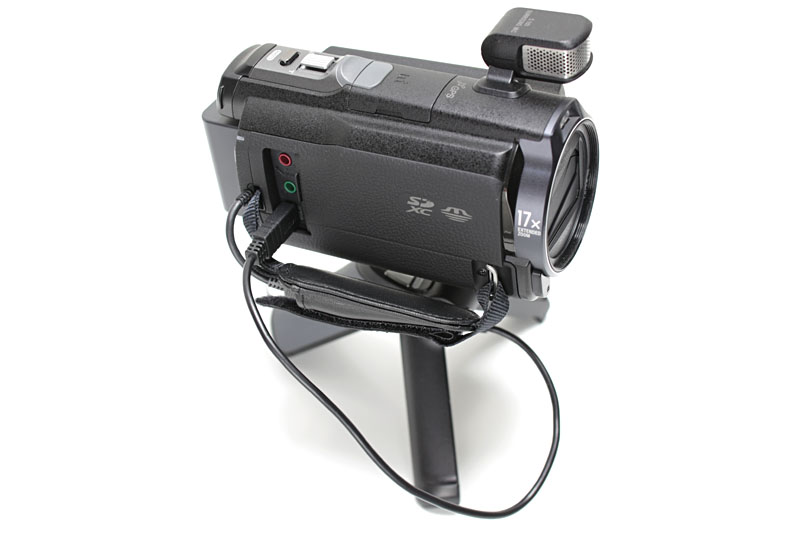 マルチ端子搭載ハンディカムなどとケーブル接続して使う。録画開始/停止、静止画撮影、ズームアップダウンをリモート操作できる。雲台部分は前後に180度近く回転する
