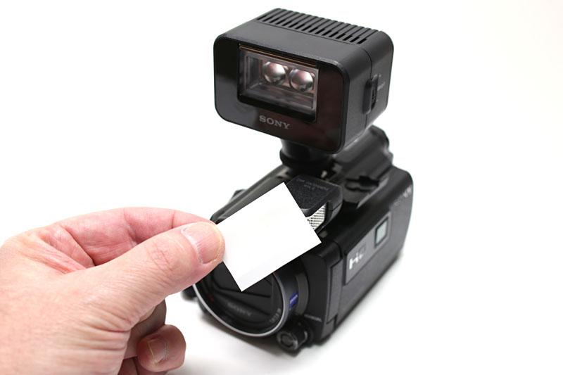 白のクリアファイルをカットして二重にし、両面テープで発光部に貼ってディフューザーとした。カバーを下ろして電球色にすることもできた