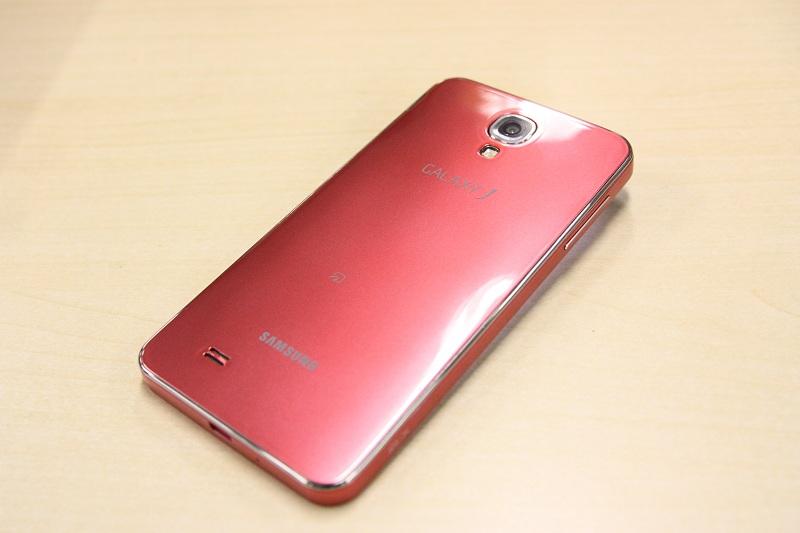 背面はスッキリかつ艶やかな光沢。これまでのGALAXYシリーズ同様、裏蓋を外してバッテリーが取り外せるのも好印象