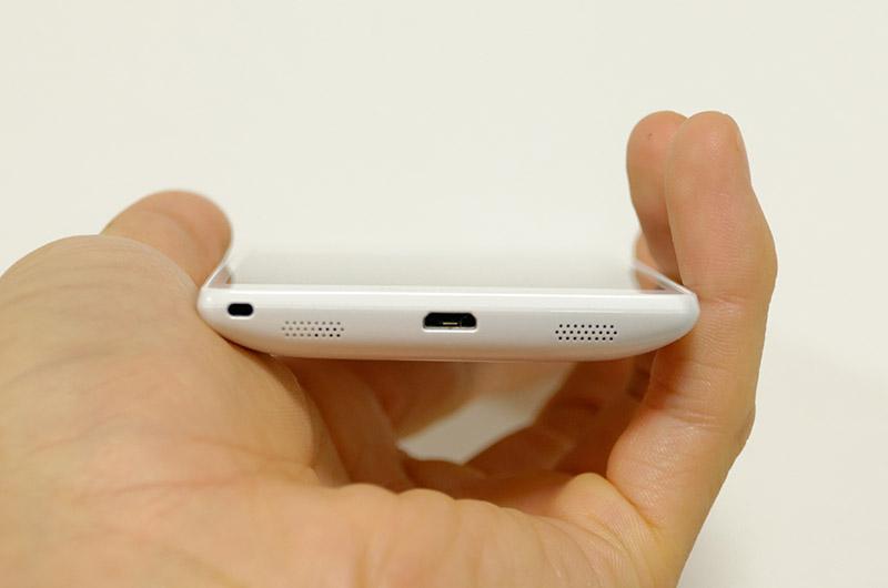 キャップレス防水になったMicro USBポート。たしかにすぐにケーブルを差し込めるのは便利だけれど……