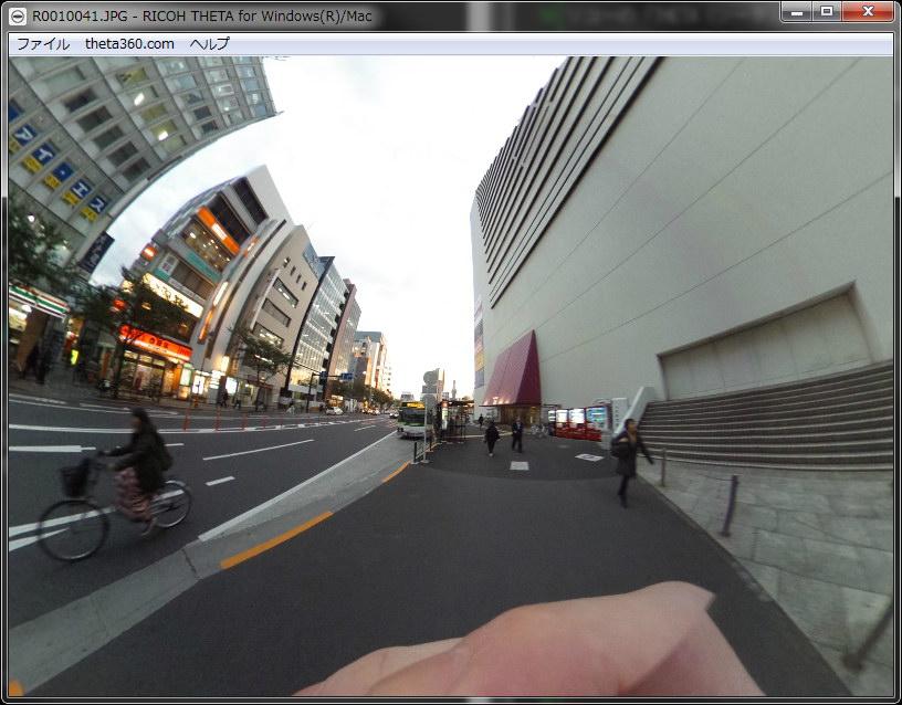 THETAでの撮影例。THETAのレンズ部を中心とし、前後左右上下方向360度をほぼ全て含む静止画が得られる。再生は専用ソフトで行う