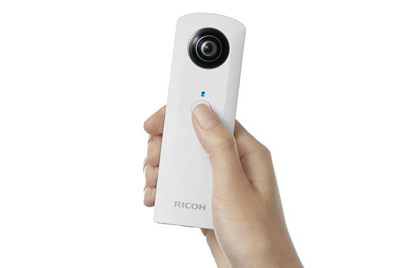 レンズ真下にシャッターボタンがあり、これを押すと撮影できる。レンズ先端より約10cm~∞まで合うパンフォーカスなので、ピント合わせは不要。当然、ズーム機構も持たない。スマートフォンとWi-Fi接続して対応アプリを使えば、リモート撮影も可能だ