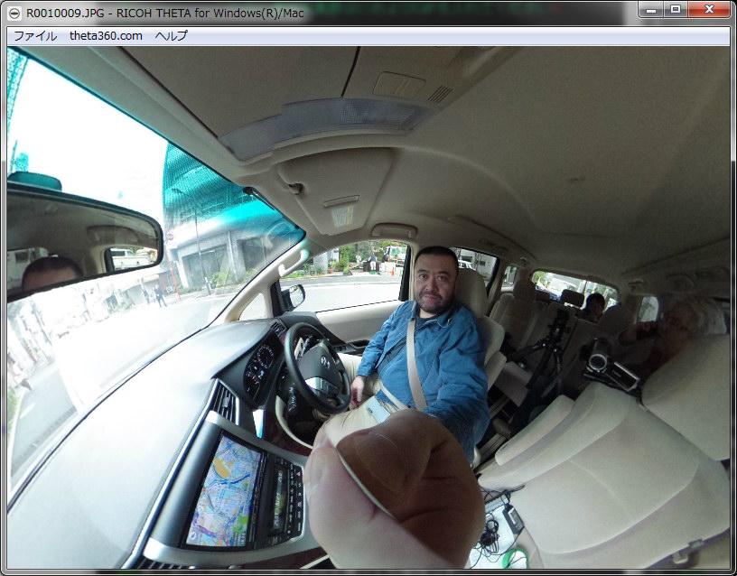 クルマの中で撮影。車内を自由に見回せる。中央下はTHETAを持つ手