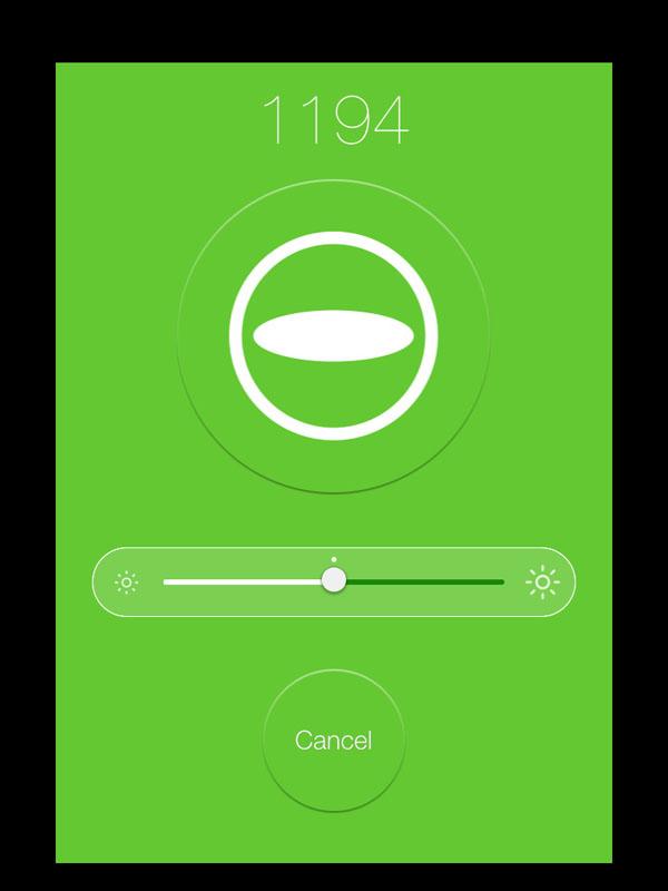 iPad miniにインストールした「RICOH THETA for iPhone」からTHETAをリモート操作しているところ。中央の「θ」マークがシャッターボタンだ。露出補正もできるようになる。撮影直後、THETA内で画像処理が行われるようだ