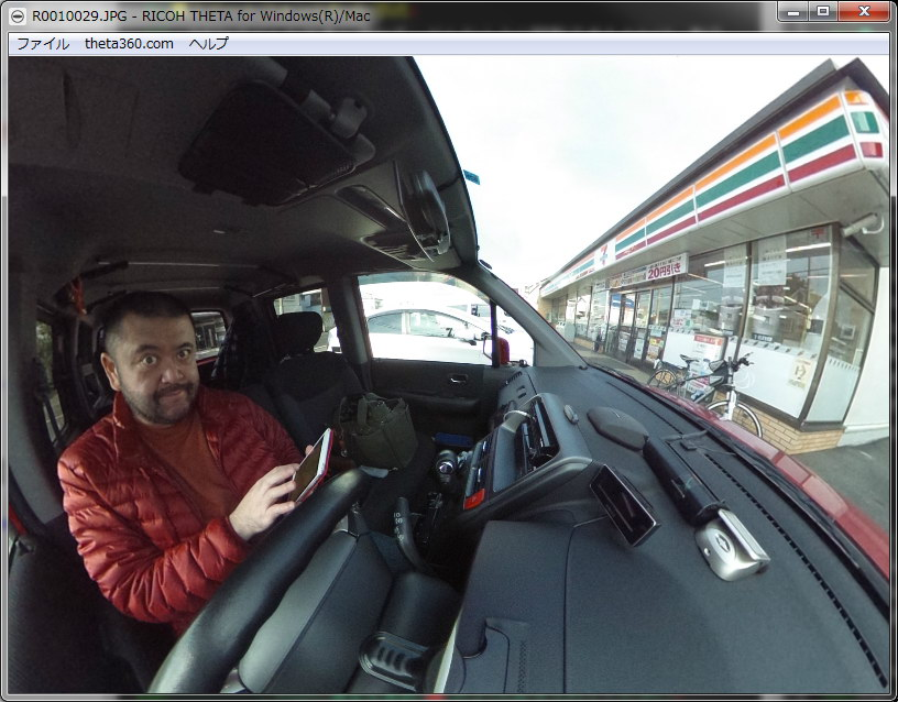 クリップで車内にTHETAを固定して、リモート撮影