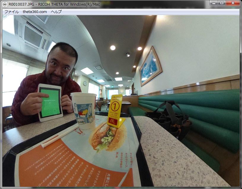 テーブルの上にTHETAを自立させてのリモート撮影