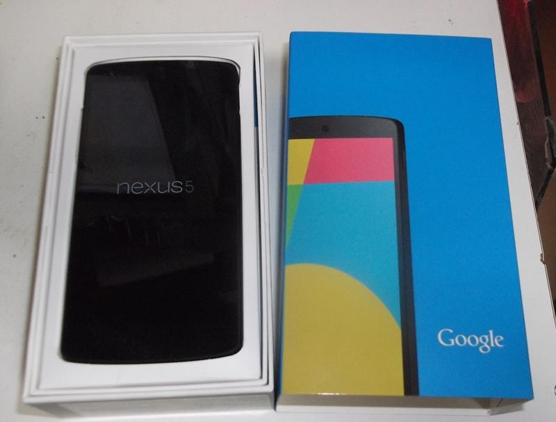 Nexus 5が到着して早速開封。Google Playで購入してから5日ほどで、国際宅急便で配送されてきた
