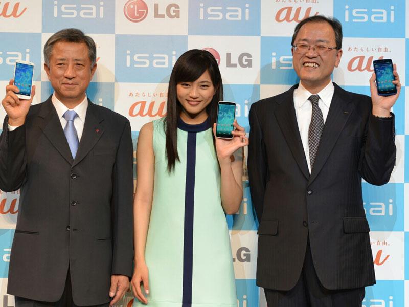 左からLG Electronics Japan社長の李 揆弘氏、CMキャラクターの川口春奈、KDDI社長の田中 孝司氏