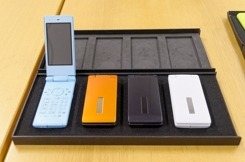 フィーチャーフォン「SH-03E」は継続して発売。新色としてLight Blueが追加された