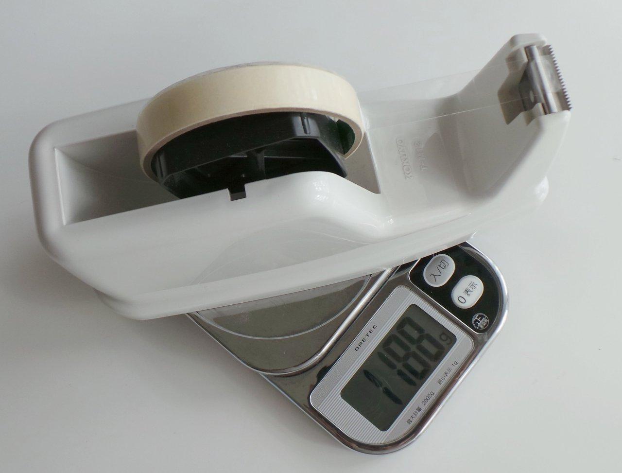 従来使っていた同じコクヨ社の見慣れたデザインのテープカッターはUNIFEEL以上に重量タイプだが、奥行きが長く、テープの引き出し時に底面が滑って多少の不安感があった