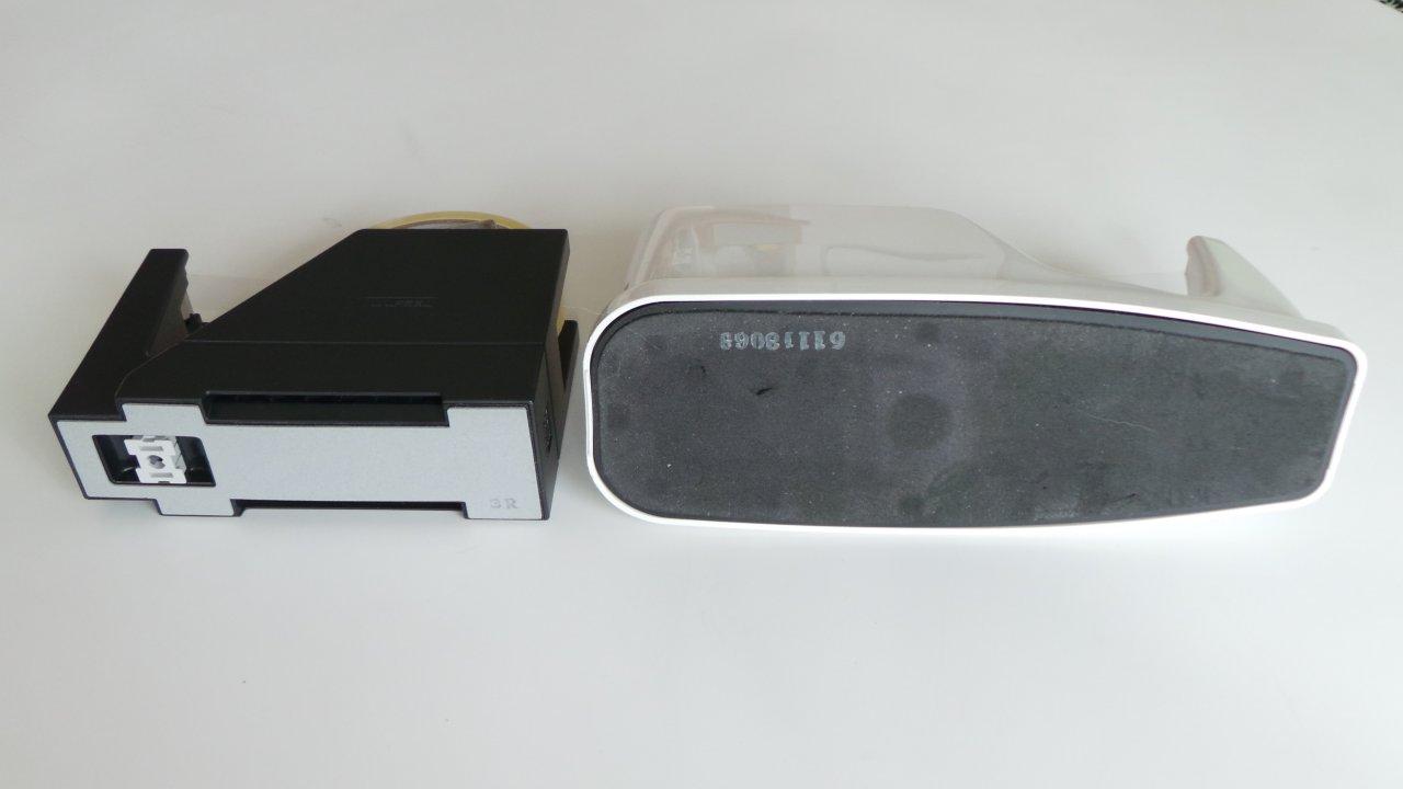 底面積的には圧倒的に従来使っていたテープカッター(右)が大きいが、意外と底面の素材はスリップする。経年変化なのかもしれない。UNIFEEL(左)は極めてコンパクトな底面積だ