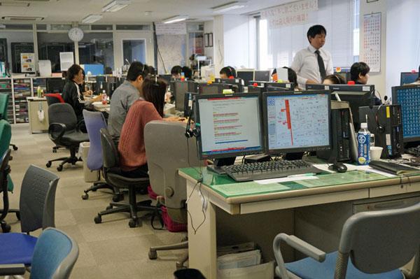 日本交通社内にあるオペレーションセンター。電話での配車依頼を受け付け、配車システムに訪問先を入力。一方、アプリは直接、配車システムへ依頼を登録する