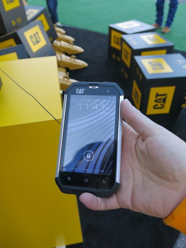 こちらは既存モデルのB15。Androidスマートフォンで水に濡れていてもタッチ操作できるチューニングが施されている