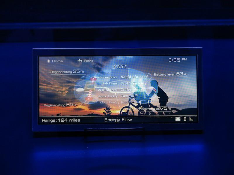 左から見ると映像、右から見ると車両データが表示される液晶(写真はほぼ中央からで重なって見える)