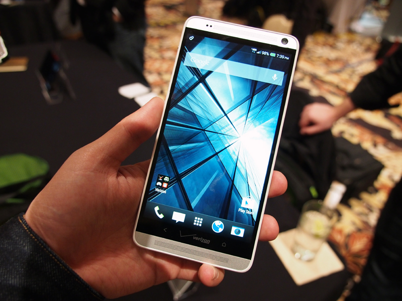 HTC Oneのディスプレイを一回り大きくしたサイズ感の「HTC One max」。写真の端末はVerizon版だ