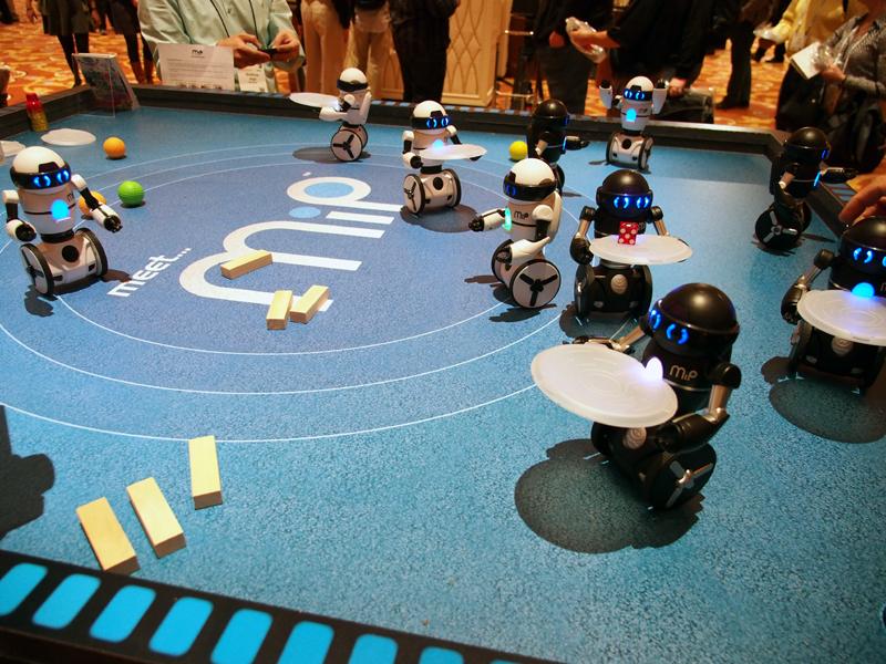 愛嬌のあるロボットで、2つのホイールでさまざまな動きを実現する