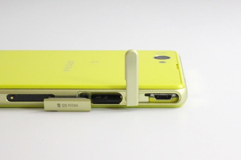 右側面上部カバー内にmicroUSBポート、microSDスロット