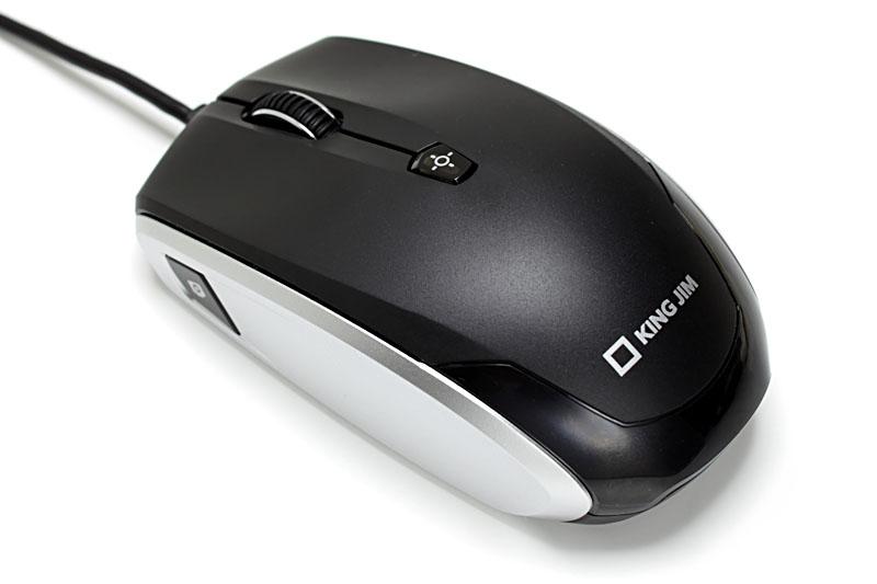 小振りの光学式マウスで、PCとはUSB接続して使う。裏面には切替カバーがあり、スライドさせることでマウスモードとカメラモードを切り替えられる