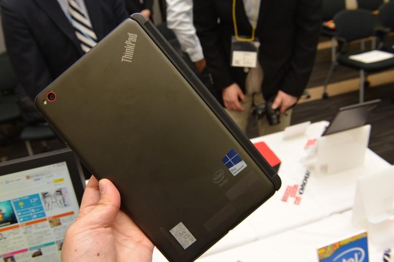 別売りのクイックショット・カバーを付けた「ThinkPad 8」