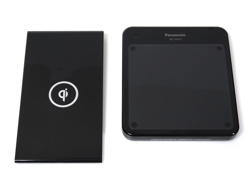 パナソニックの無接点充電パッド「QE-TM101」(右)との比較。汎用性は高いが、Nexus 7だけを充電するのであれば本製品のほうが形状的にもベターだろう
