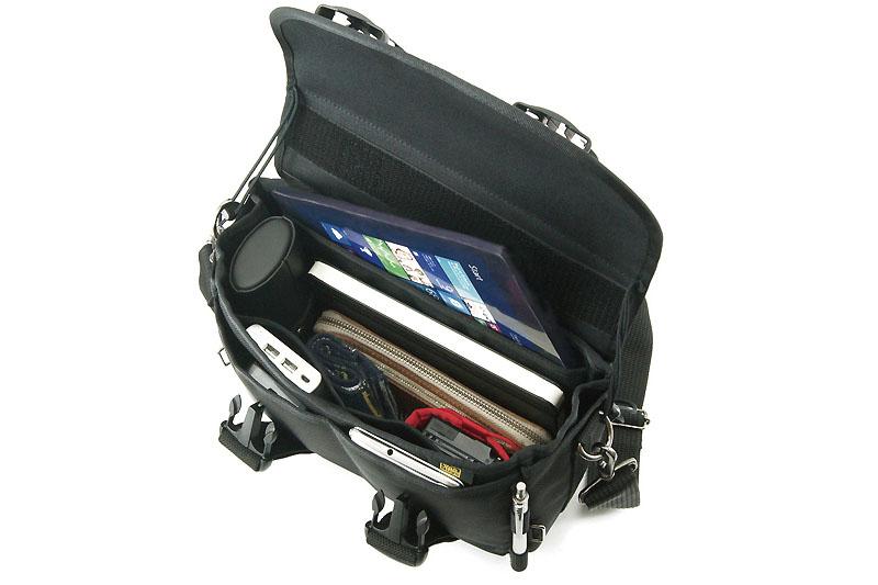ケース入り8インチタブレットがちょうど良く収まるように作られている。ほか、長財布、ノートや筆記具、スマートフォン、デジカメも入る。