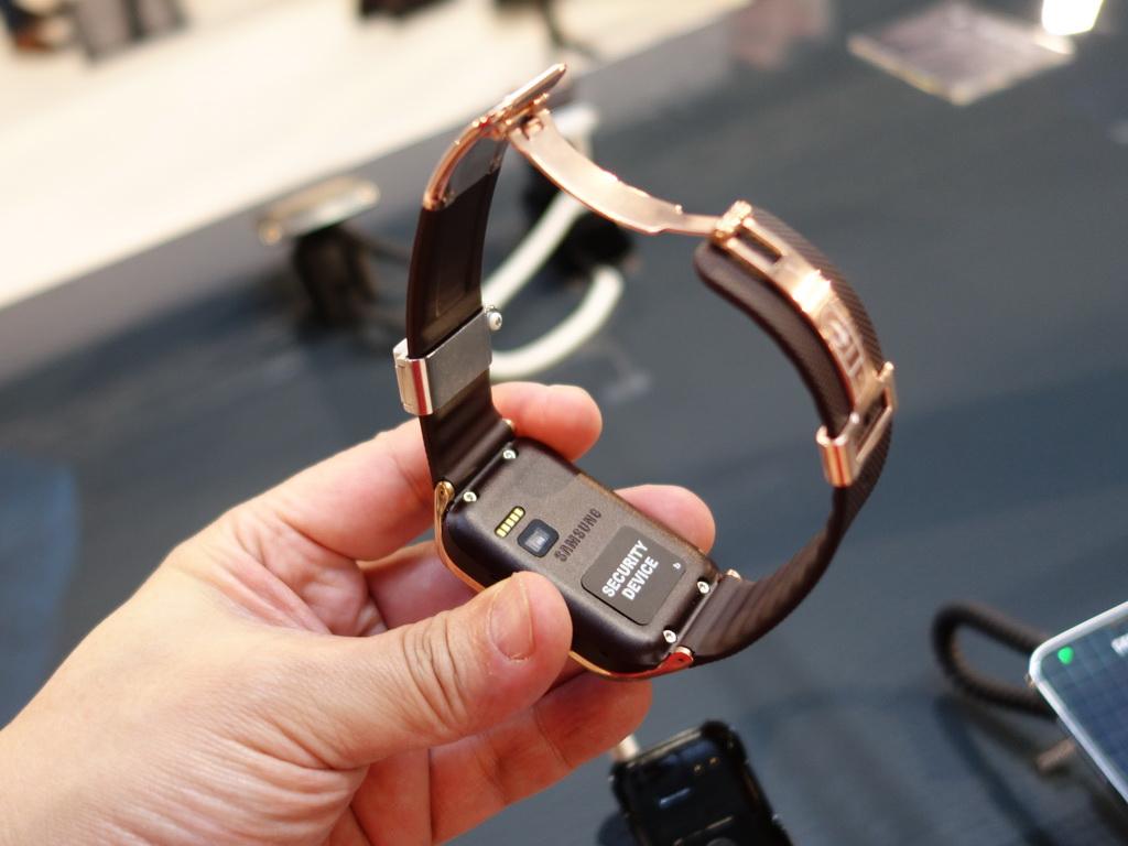 Samsung Gear2シリーズにはいずれも裏面側に心拍数を測定するセンサーが内蔵されている。写真では親指の隣の窓の部分がセンサー。