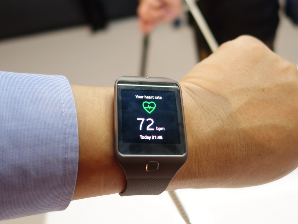 腕にSamsung Gear2 Neoを装着。本体裏面に装備されているセンサーを使い、心拍数をいつでも計測することができる